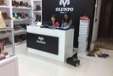 Thiết kế thi công kệ trưng bày giày nam cho OLUNPO Tp HCM