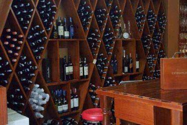 Tủ kệ trưng bày shop rượu LucasFineWine